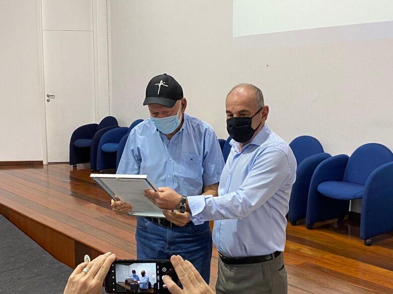 Prefeito Airton Garcia recebe das mãos do presidente do SEST SENAT, Vander Costa, a placa com a autorização para a construção da obra. - Crédito: São Carlos Agora