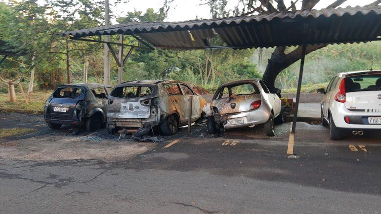 Veículos danificados após o incêndio - Crédito: São Carlos Agora