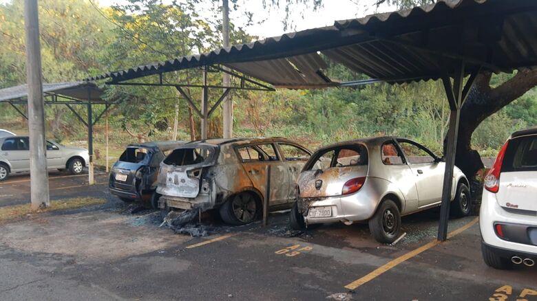 Ex de cabeleireiro pode ter ateado fogo em veículos no Jardim Botafogo - Crédito: São Carlos Agora