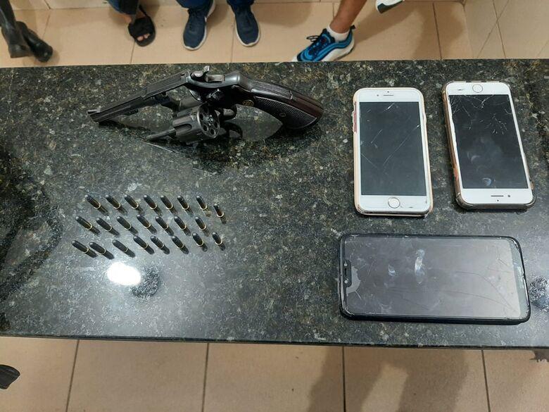 Arma é encontrada dentro de carro no Jardim Botafogo - Crédito: Colaborador SCA