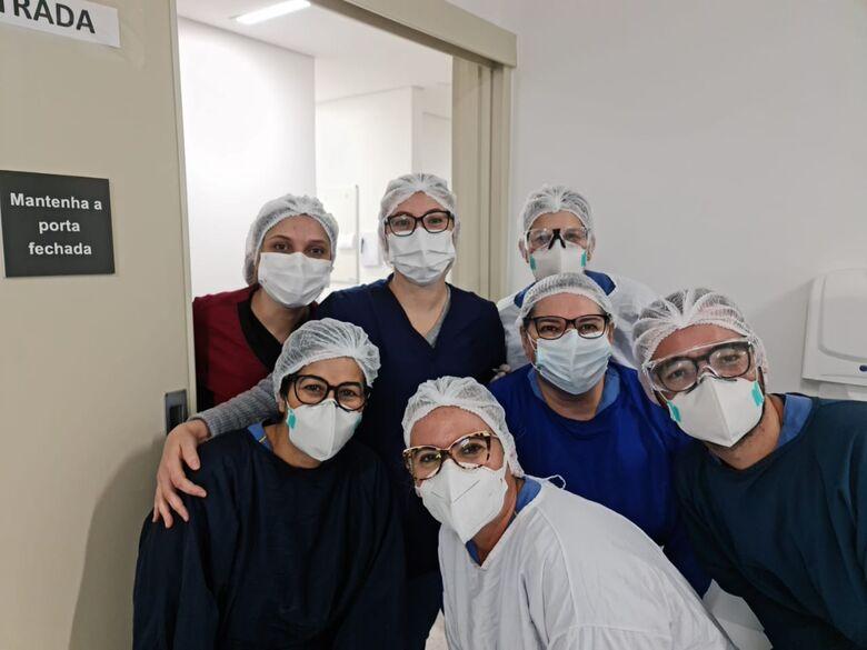 No HU, enfermeiros ao lado de Rita Cássia: profissionais na linha de frente no combate à Covid-19 - Crédito: Divulgação