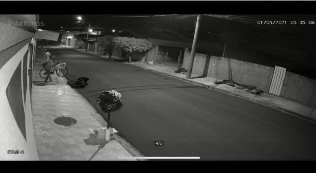 Câmera de segurança flagra ladrão furtando bike no Jd. Veneza - Crédito: reprodução