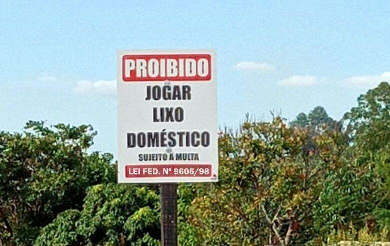 Placas sinalização proibição: quem for flagrado descartando lixo doméstico será multado - Crédito: divulgação