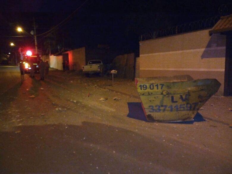 Após atingir caçamba, caminhonete arrebentou o muro de uma casa - Crédito: Maycon Maximino