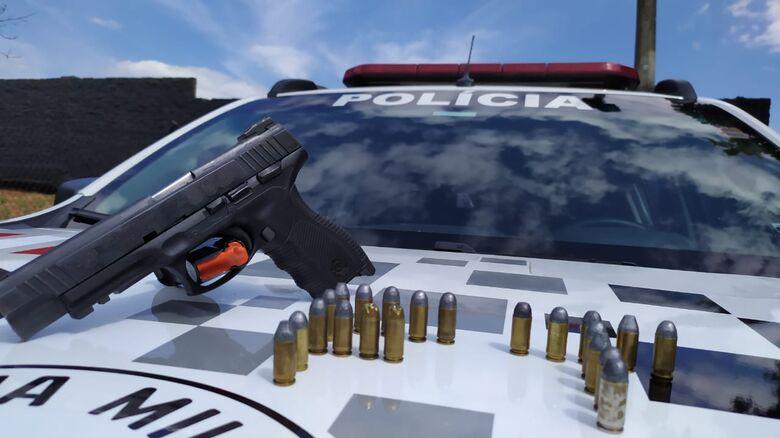 Pistola apreendida pela Força Tática pertencia a um PM morte em acidente em 2016 - Crédito: Maycon Maximino