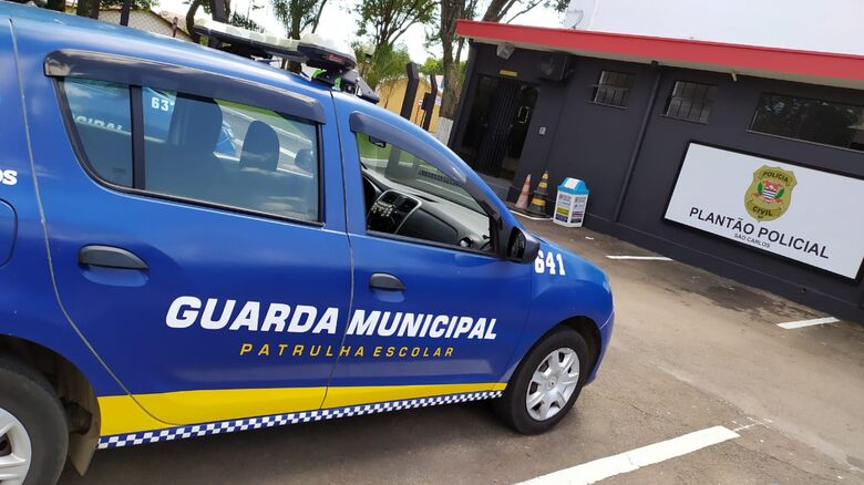 Homem é detido após agredir namorada em posto de combustíveis -