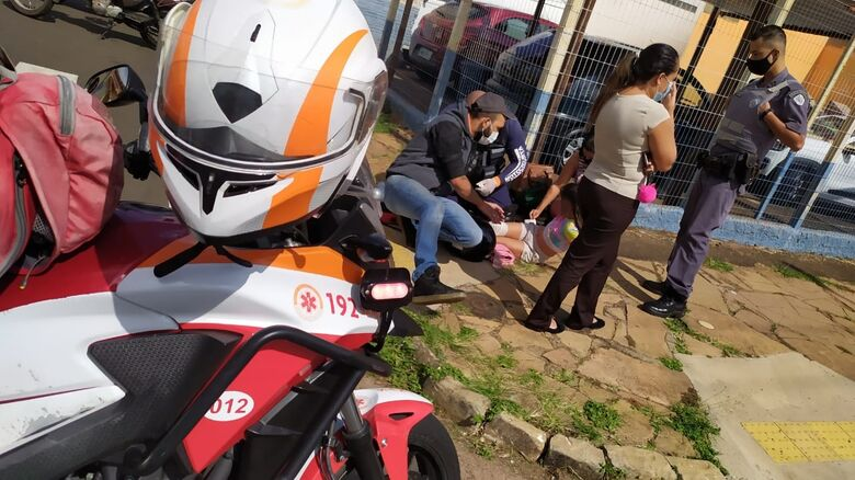 Menina de 10 anos é atendida pelo socorrista da motolância - Crédito: Maycon Maximino