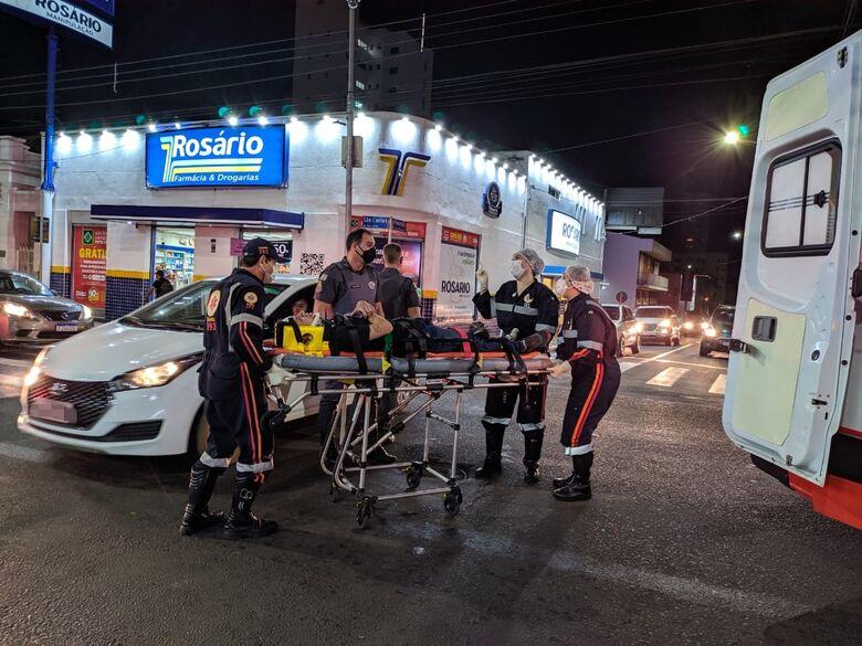 Motociclista avança sinal vermelho é bate em carro no Centro - Crédito: Maycon Maximino