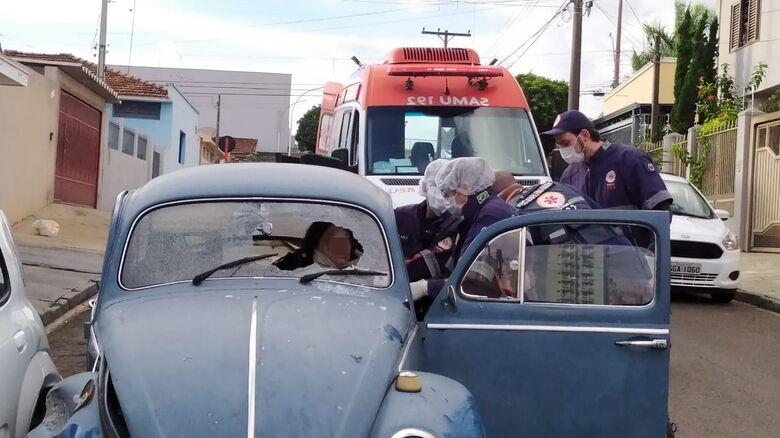 Motorista bateu a cabeça com força no para-brisas do Fusquinha - Crédito: Maycon Maximino
