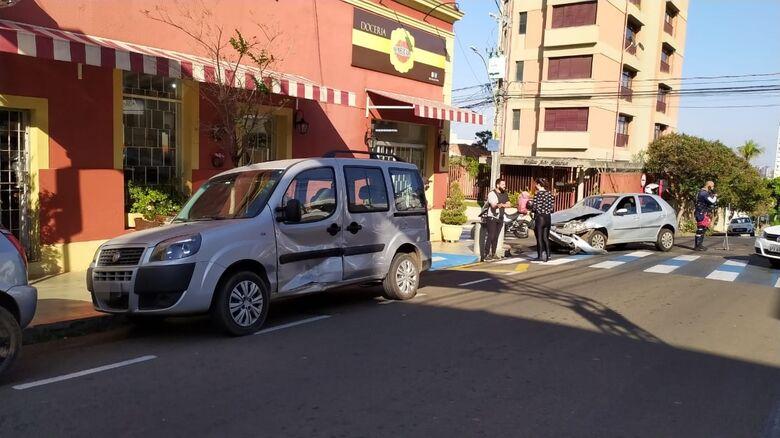 Em primeiro plano a Doblô e ao fundo, o Pálio: danos em ambos os veículos - Crédito: Maycon Maximino