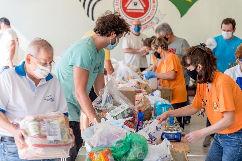 Voluntários trabalham na separação dos itens arrecadados durante a campanha - Crédito: Divulgação