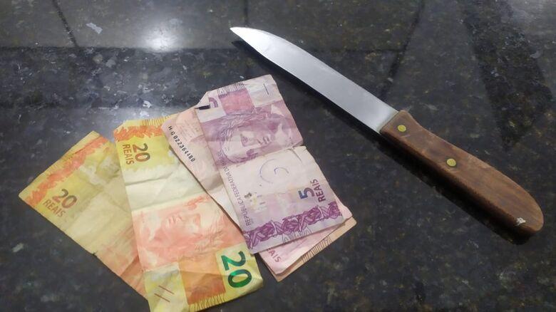 O dinheiro subtraído do idoso e o dinheiro exigido pela suspeita - Crédito: Maycon Maximino