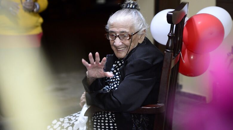 """No dia do aniversário, a alegre 'vó' Cecília esbanja simpatia: 105 anos de vitalidade e lucidez. """"E muita fé em Deus""""... - Crédito: Divulgação"""