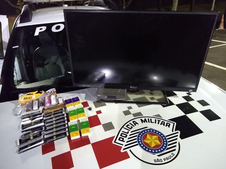 A TV e o entorpecente encontrado com o acusado - Crédito: Divulgação