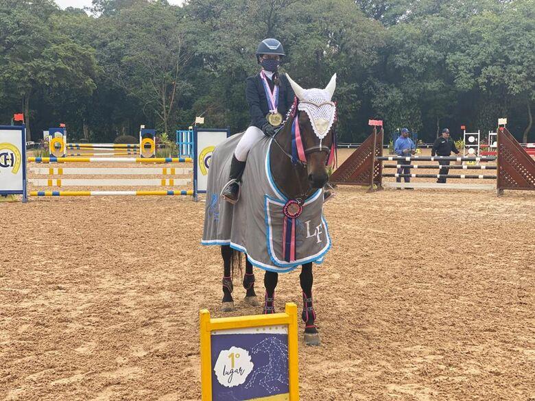 Luiza com a égua Fortuna Lutz e o troféu de primeira colocada - Crédito: Divulgação