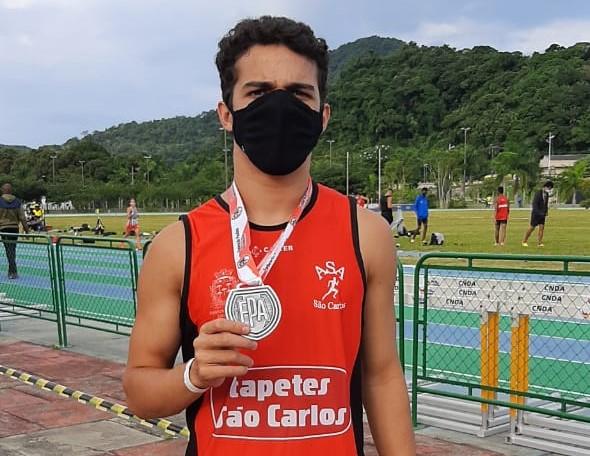 Lucca exibe a medalha conquistada em Praia Grande: bronze nos 110m com barreiras - Crédito: Divulgação