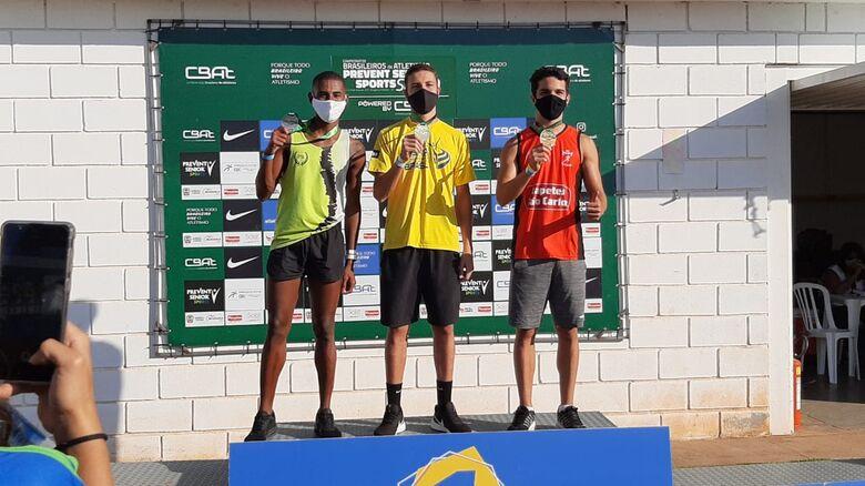 No pódio (esquerda), Lucca comemora o bronze no Brasileiro sub-20 - Crédito: Divulgação