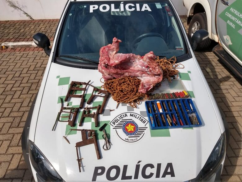 A carne de capivara e as armadilhas apreendidas pelos policiais - Crédito: Divulgação