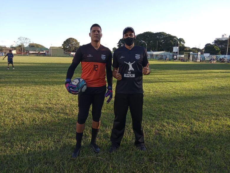 O treinador de goleiros Rudi Rocha ao lado de Samuel Chaves: reforço para 2021 - Crédito: David Marcelo Ferreira