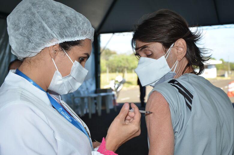 Homem recebe a vacina contra a Covid-19 em São Carlos - Crédito: divulgação