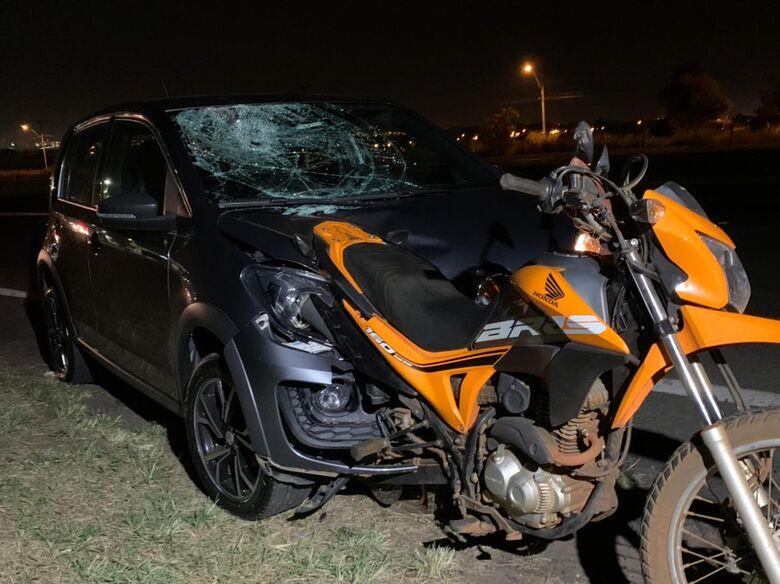 Moto ficou presa ao carro após impacto. - Crédito: Colaborador SCA