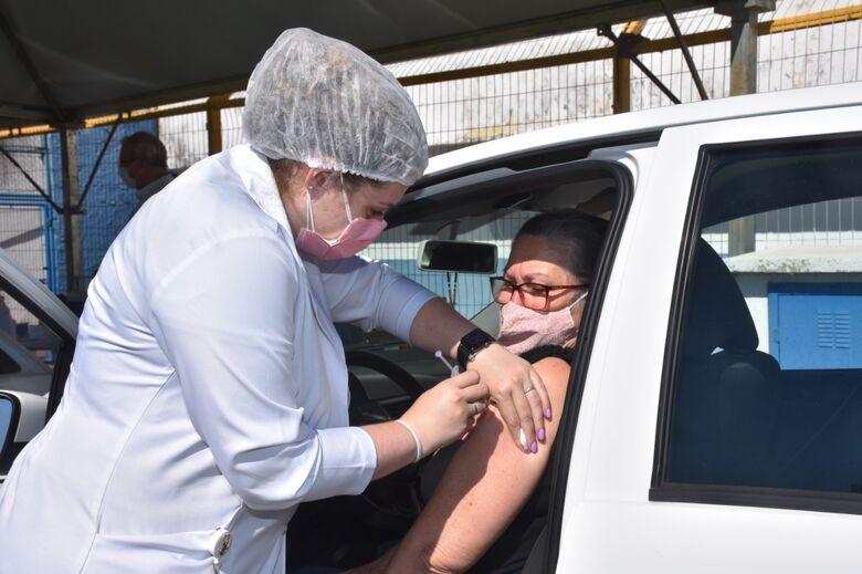 Mulher recebe vacina contra a Covid-19 - Crédito: divulgação