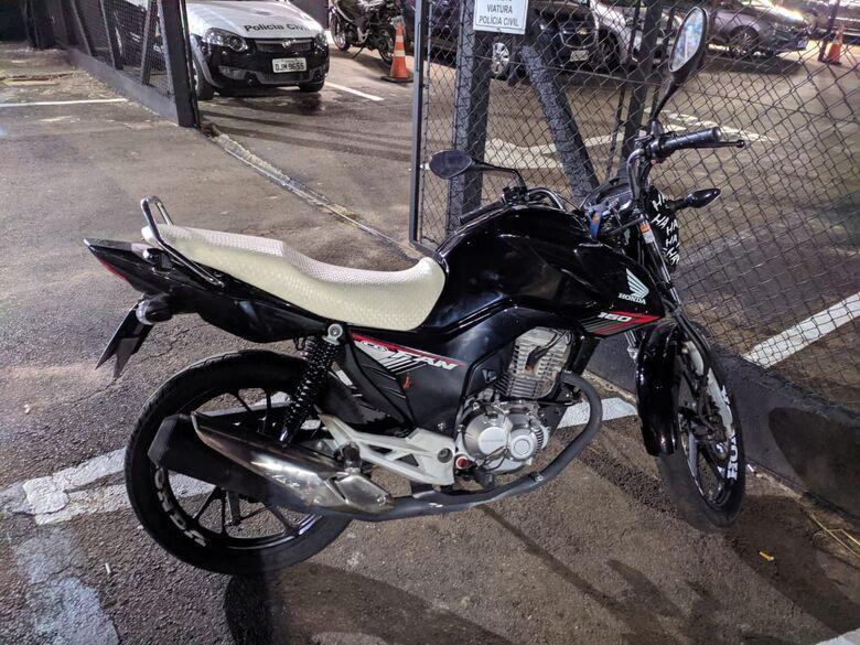 PM flagra dupla com moto furtada na avenida São Carlos - Crédito: Maycon Maximino
