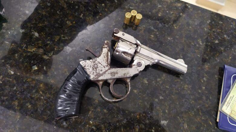 Arma encontrada no carro que o acusado estava - Crédito: Maycon Maximino