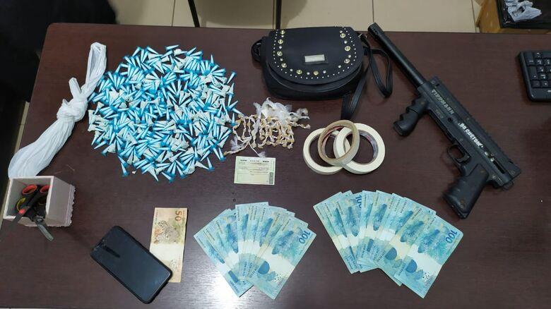 Drogas e dinheiro apreendidos durante a operação - Crédito: Maycon Maximino