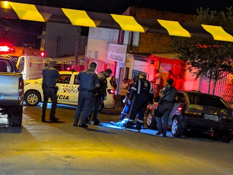 Movimentação no local onde ocorreu o homicídio - Crédito: Maycon Maximino
