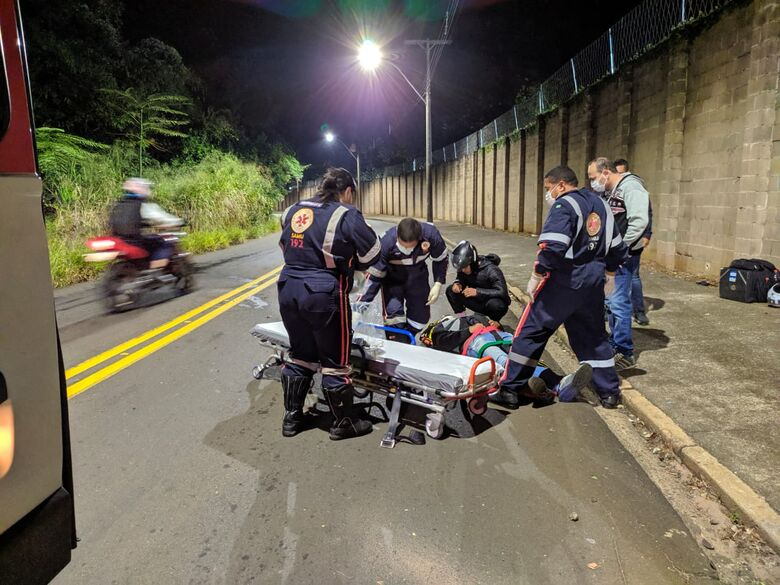 Vítima sendo socorrida pelo Samu - Crédito: Maycon Maximino