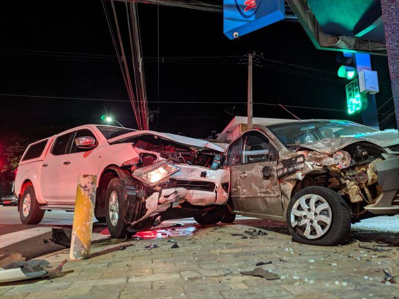 Após roubar caminhonete, assaltante é perseguido pela PM e causa acidente no Cruzeiro do Sul - Crédito: Maycon Maximino