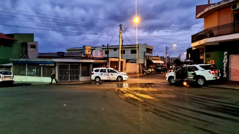 Policiais no local onde ocorreu as prisões - Crédito: Descalvado Agora
