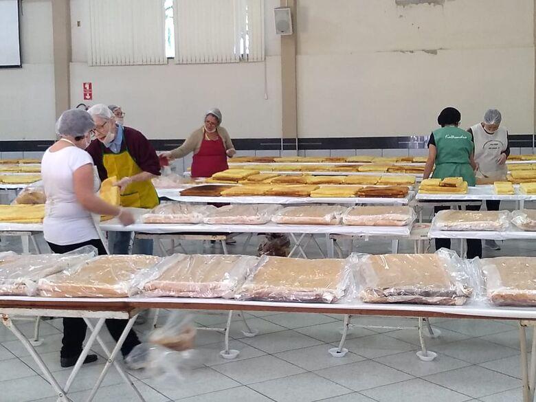 Em foto de arquivo (antes da pandemia), voluntárias produzem o bolo de Santo Antonio - Crédito: Divulgação