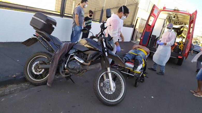 Motociclista ultrapassa sinal de pare e é atingido por carro em cruzamento da Vila Nery - Crédito: Maycon Maximino