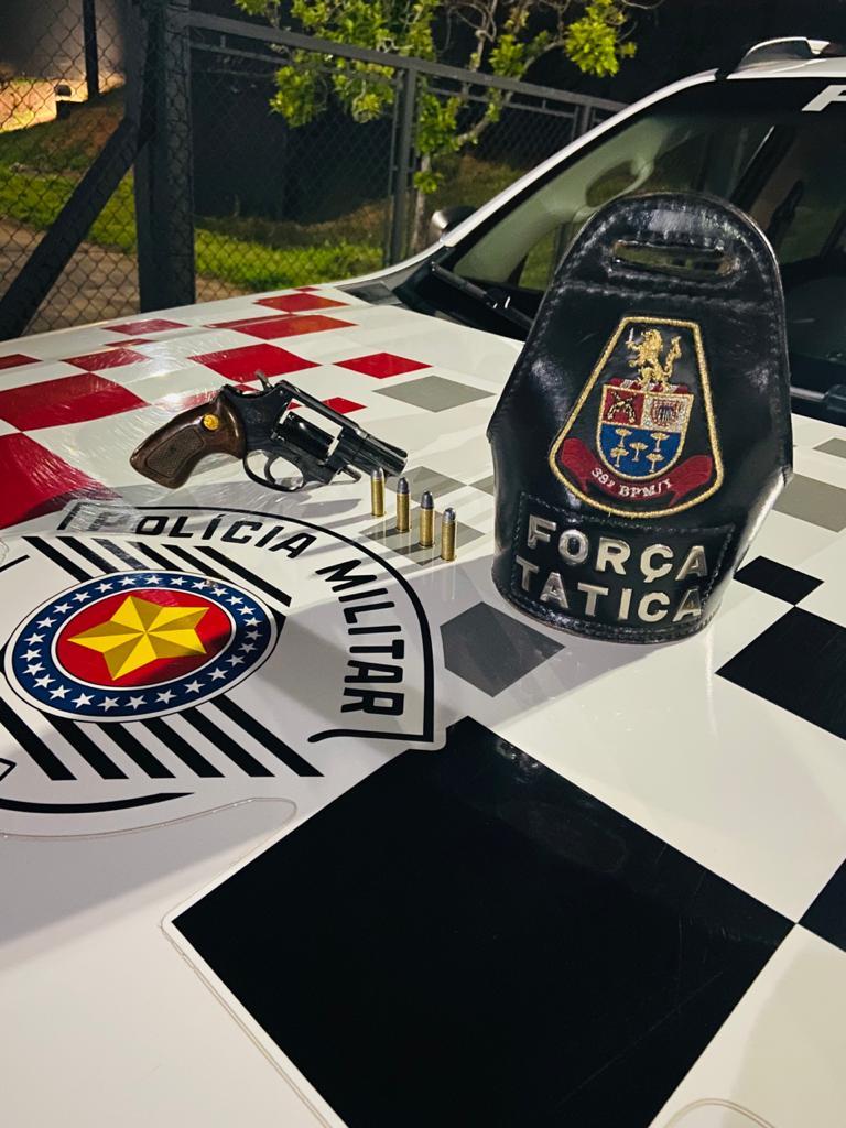 Homem é preso pela Força Tática após dispensar revólver na Vila Carmem - Crédito: divulgação/PM