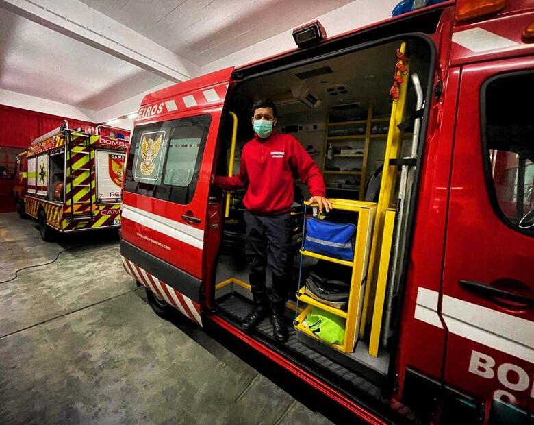 Cleiton em uma de suas atividades em Lisboa: bombeiro há um ano - Crédito: Divulgação