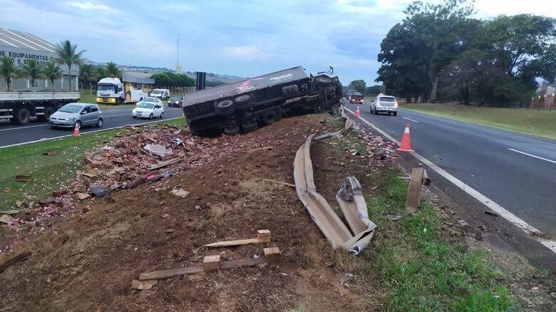 Acidente com caminhão carregado de água de coco causa congestionamento na Washington Luis - Crédito: Maycon Maximino