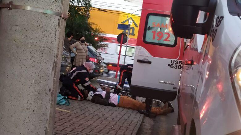 Colisão entre carro e moto deixa jovem ferido no Centro - Crédito: Maycon Maximino