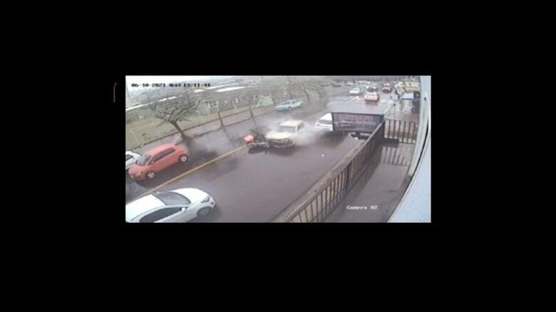 Câmera de segurança registra acidente que deixou motociclista ferido no Jd. Botafogo - Crédito: reprodução