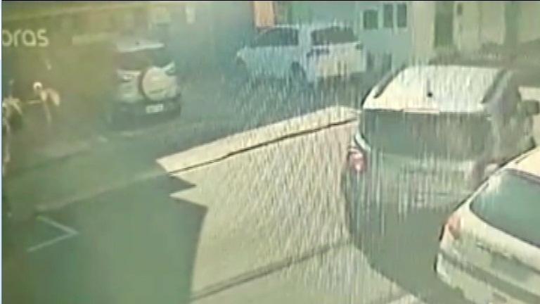 Proprietário busca ajuda para tentar identificar motorista que bateu em seu carro e fugiu - Crédito: reprodução