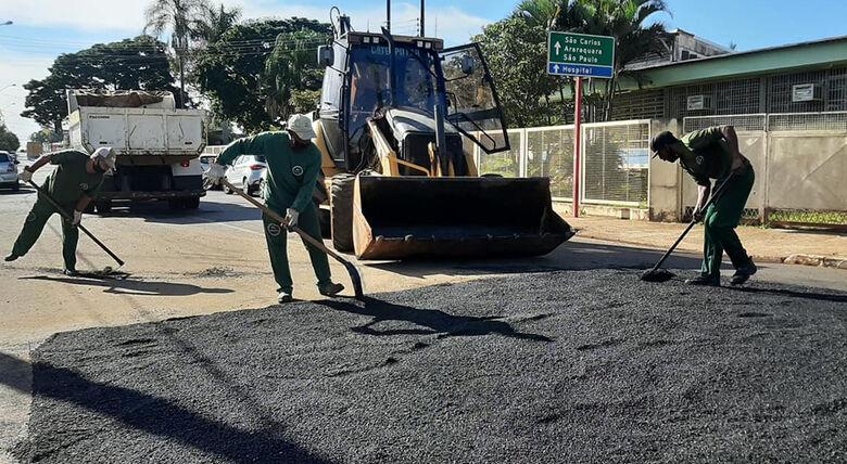 Prefeitura de Ibaté realiza serviço de tapa-buracos em vias públicas -