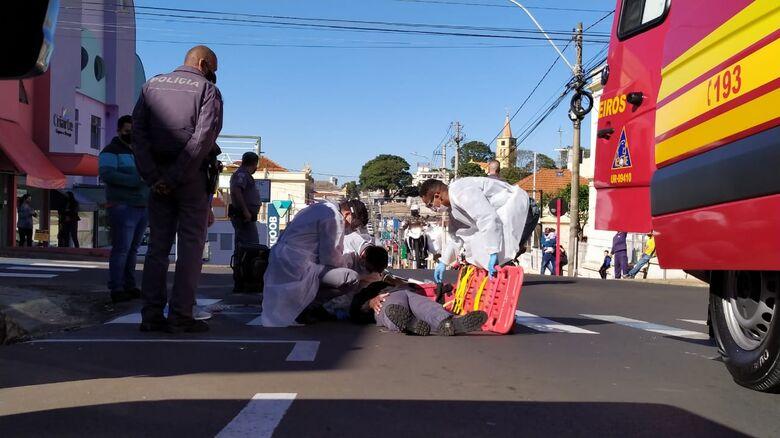 Motociclista sofreu escoriações e foi socorrido pela UR à Santa Casa - Crédito: Maycon Maximino