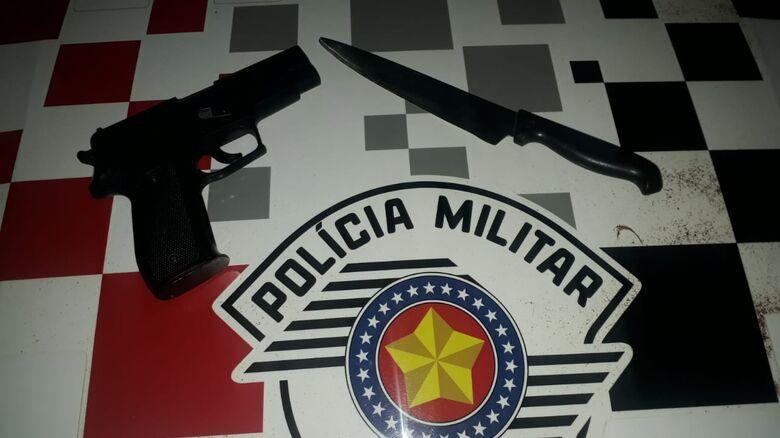 A arma de brinquedo e a faca foram apreendidas pela PM - Crédito: Divulgação