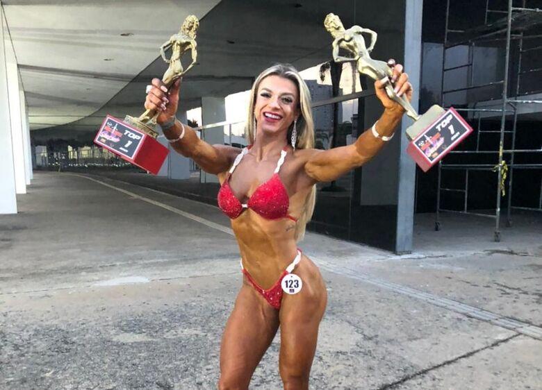 Jaqueline com as duas conquistas: beleza e talento são-carlense - Crédito: Divulgação