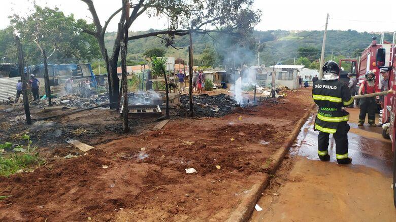 Ação rápido dos Bombeiros impediu que o fogo se alastrasse - Crédito: Maycon Maximino
