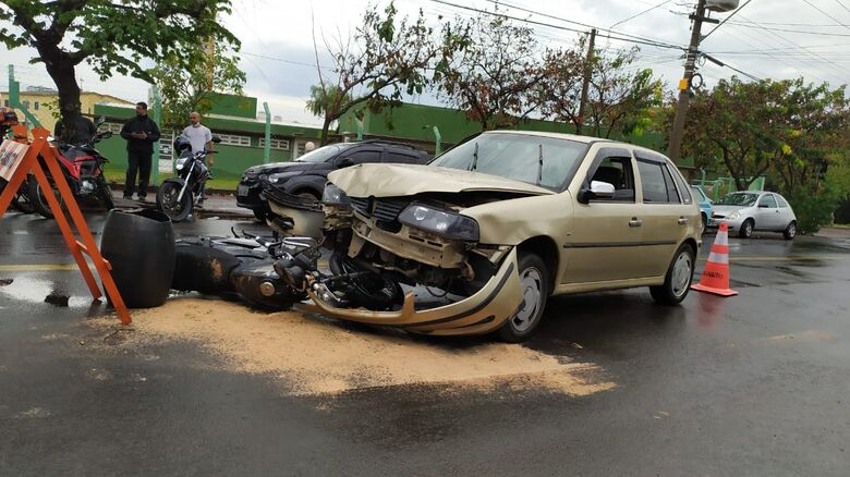 Impacto foi forte: colisão frontal mandou motociclista para a Santa Casa - Crédito: Maycon Maximino