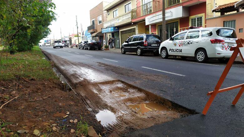 Buraco não estava sinalizado e foi a causa do acidente: motociclista por pouco não é atropelado - Crédito: Maycon Maximino