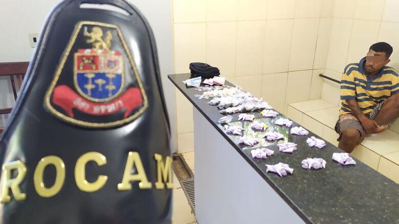 O suspeito detido pela PM e a droga que estava em seu poder - Crédito: Maycon Maximino