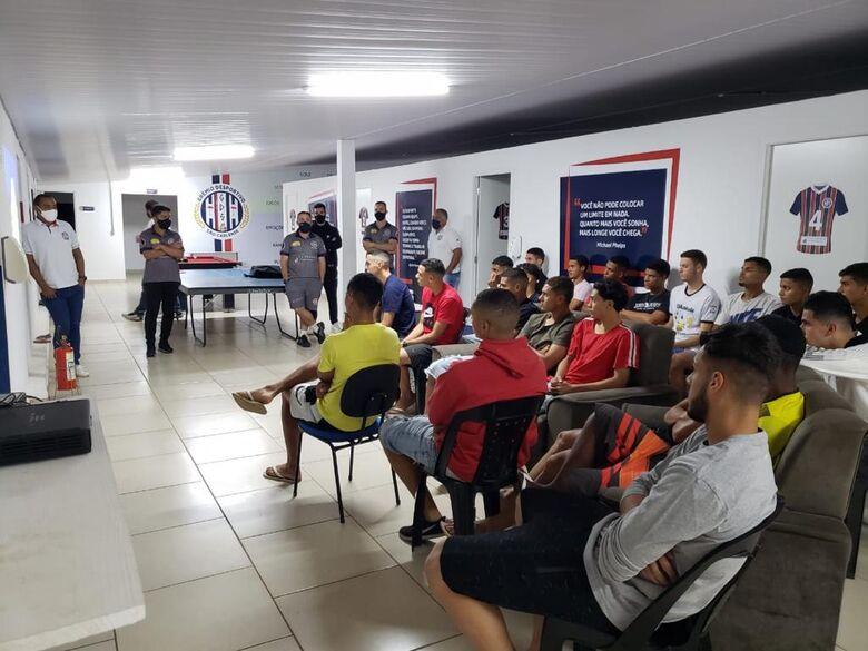 Jogadores durante a apresentação e uma palestra ministrada pelo treinador Guilherme Inácio e supervisor Marcus Vinícius - Crédito: Divulgação
